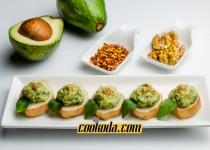 خوراک آووکادو با ریحان   Pesto-mole Crostini